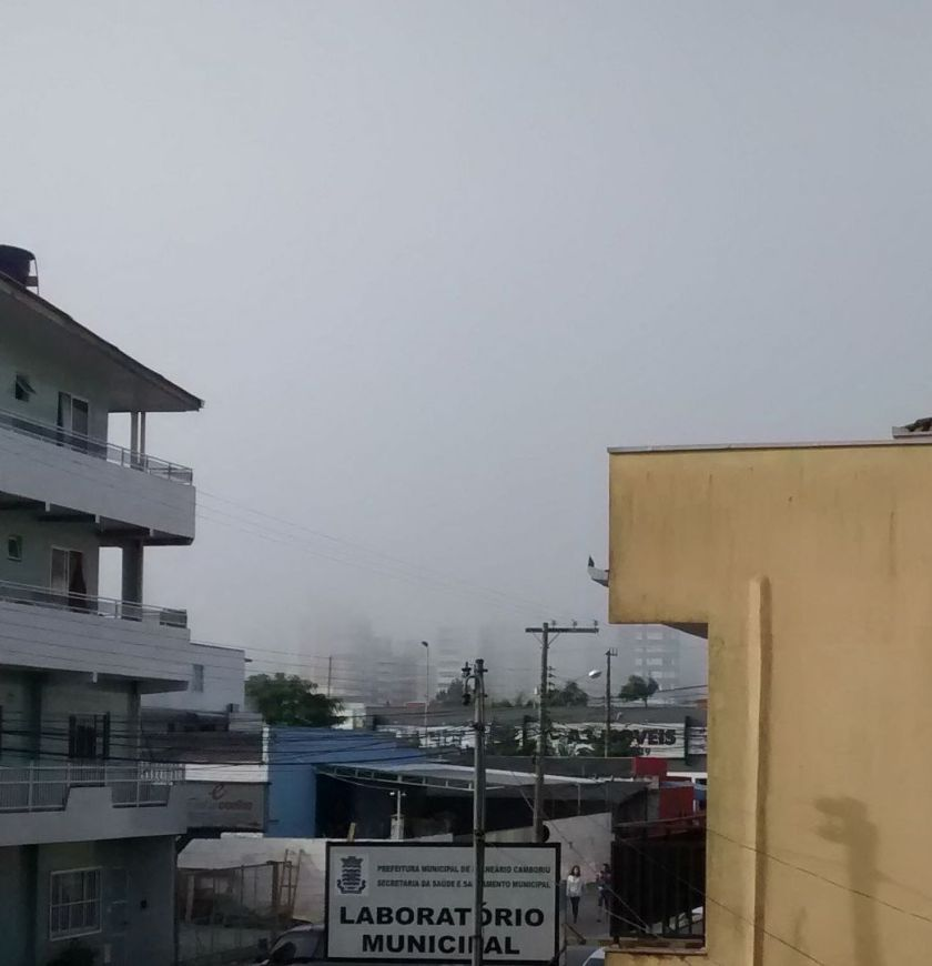 Nevoeiro em Balneário Camboriú. Visão da 4° Avenida dos prédios próximos a praia.